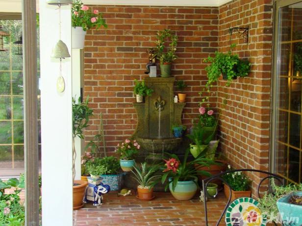 Lối vào nhà rực rỡ sắc hoa