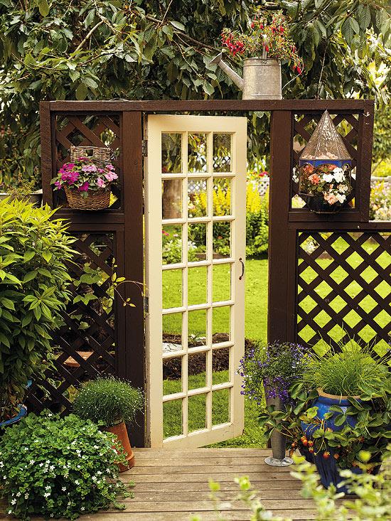 Tạo cho khu vườn đẹp bất ngờ từ cánh cửa cũ | ảnh 1