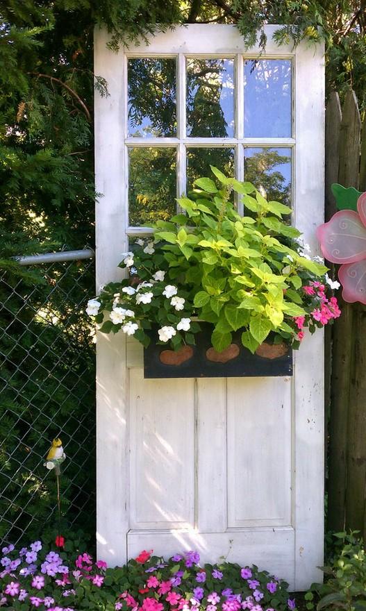 Tạo cho khu vườn đẹp bất ngờ từ cánh cửa cũ | ảnh 4