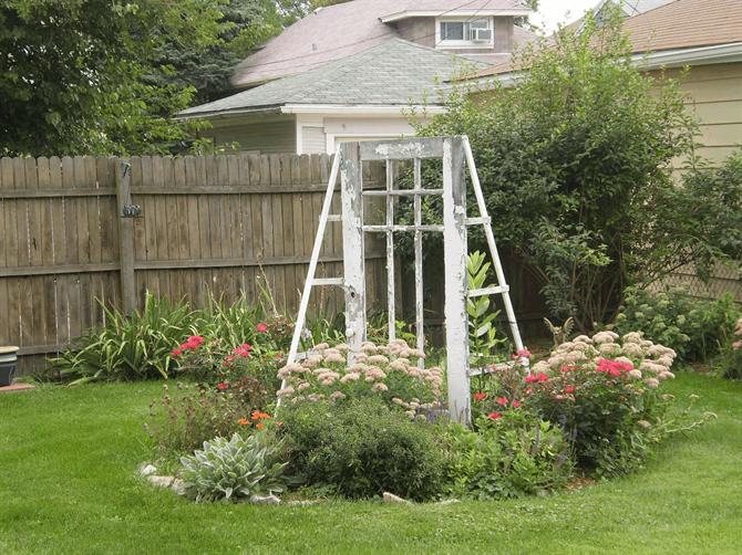 Tạo cho khu vườn đẹp bất ngờ từ cánh cửa cũ | ảnh 6